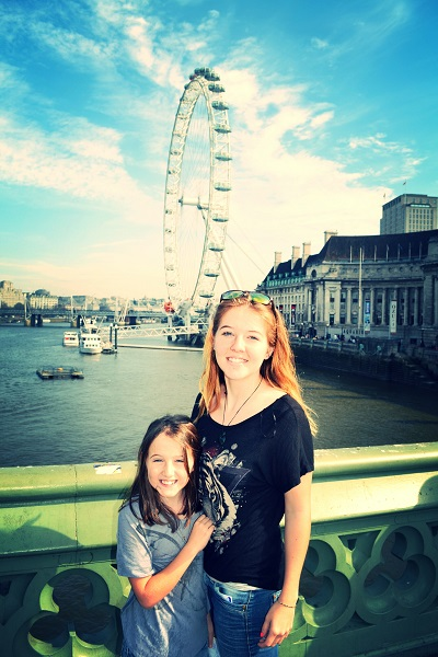 2 girls in front of london eye