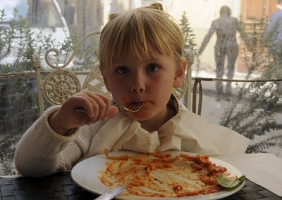 girl eating spaghetti in Florenc