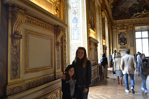 two girls in the louvre