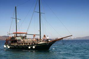 santorini sail boat tou