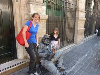 2 kids with a live statue in Rome