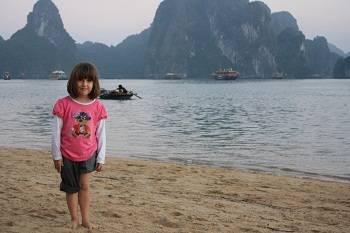 toursit at Halong bay