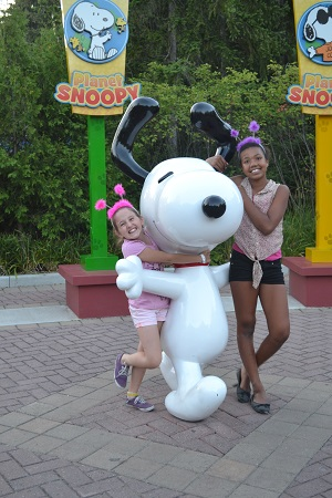 kids with snoopy at wonderland